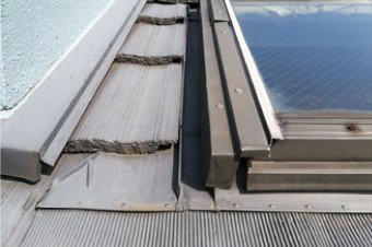 板金の浮きやビスの浮き、シール材の劣化等が顕著な天窓