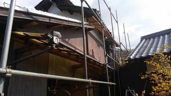 呉市にて崩落しそうな屋根の解体工事が始まりました