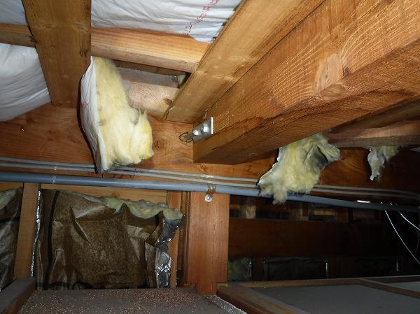 雨漏り屋根裏