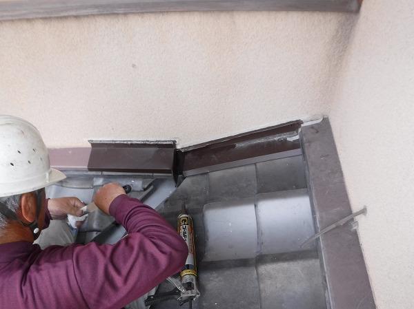 コーキング塗布する板金屋さん