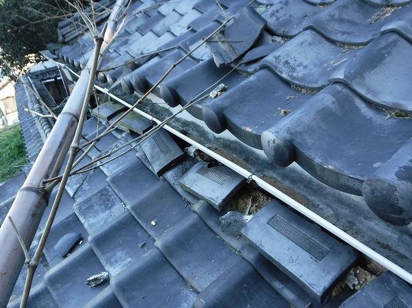 瓦屋根に竹が倒れる