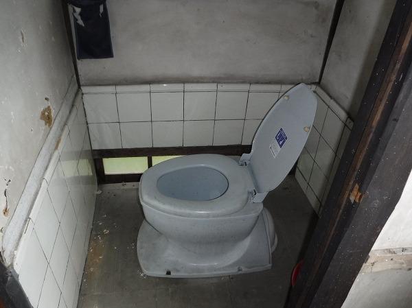 汲み取り式和式トイレ