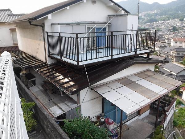 呉市 昔は塗っていた、ベランダ下の屋根の塗装工事が完工しました
