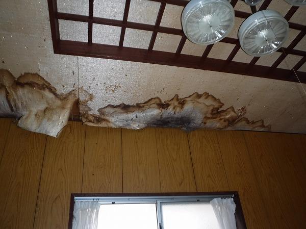 天井から雨染み