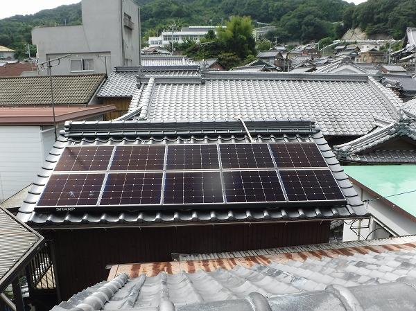 太陽光パネル業者による瓦の割れ