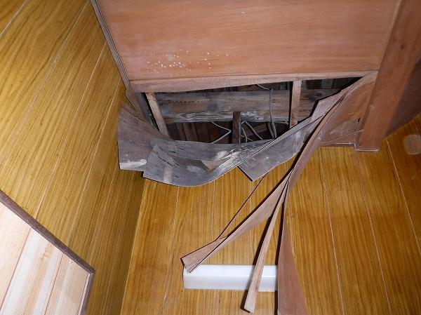 階段近く天井破れ