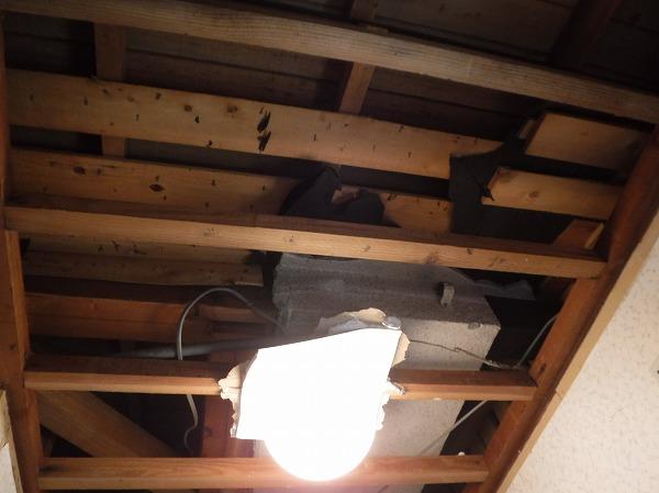 トイレ雨漏り天井解体