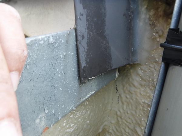 ケラバ水切り壁際穴