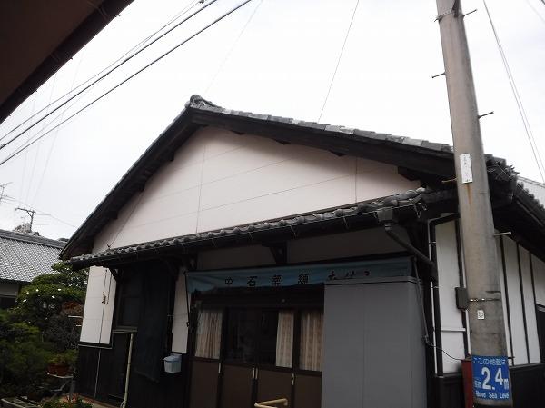 江田島市にて瓦屋根の角の近くの木が落ちてきたので現地調査です