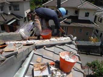 瓦屋根の新しい隅棟工事