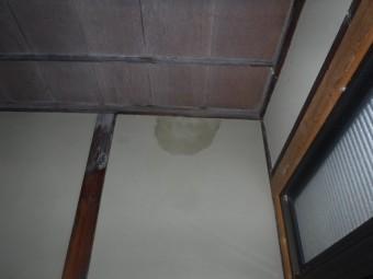 玄関壁雨シミ
