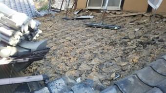 1階瓦屋根の赤土