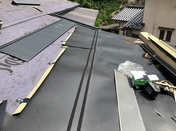 増築屋根・既築屋根取り合い部