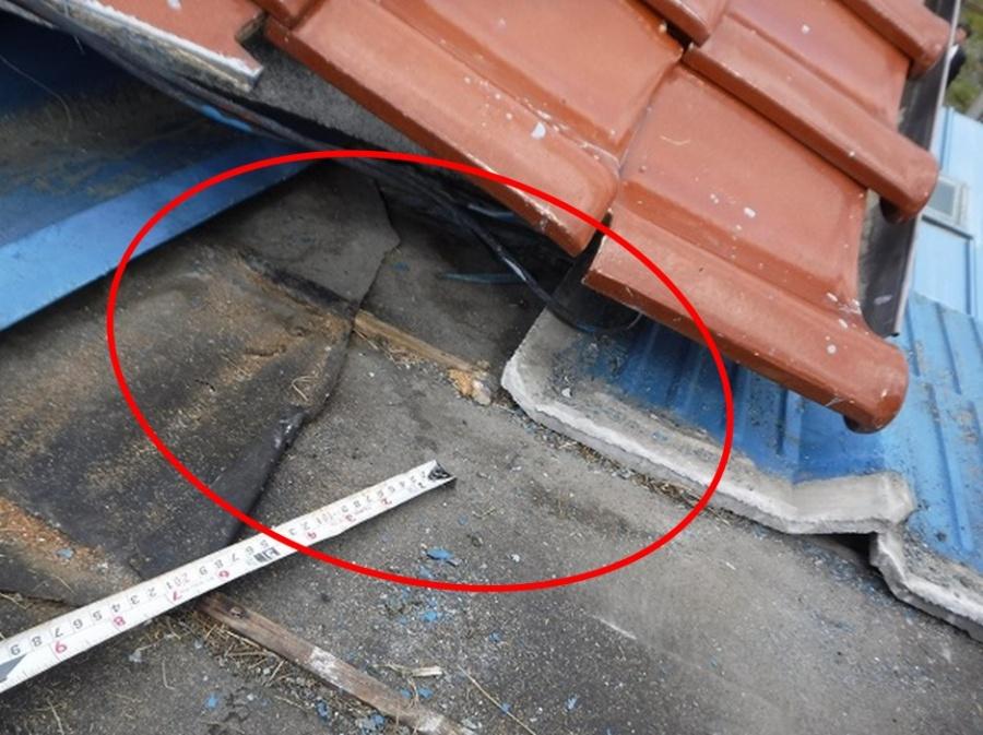セメント瓦を取って雨漏り確認