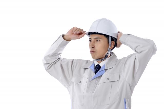 ヘルメットを被る作業員